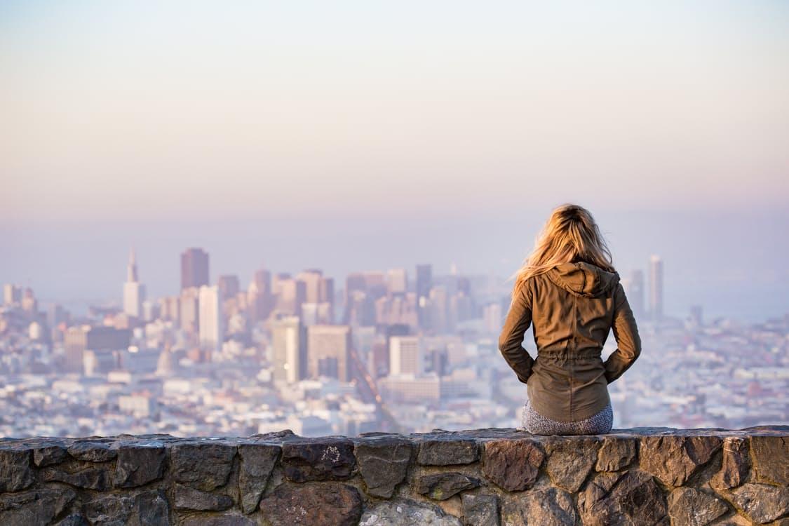 femme seule en voyage