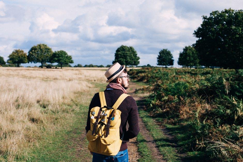 écovoyageur écotouriste sac à dos jaune